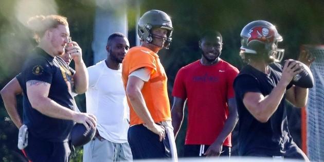 Brady y nueve jugadores entrenan en grupo, desobedeciendo órdenes