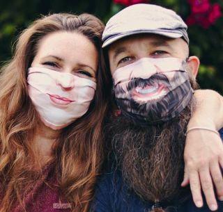 Crean cubrebocas personalizados a partir de fotografías de la cara ...