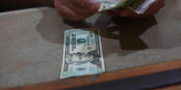 Datos económicos afectan al peso; cierra en 22.89 unidades por dólar