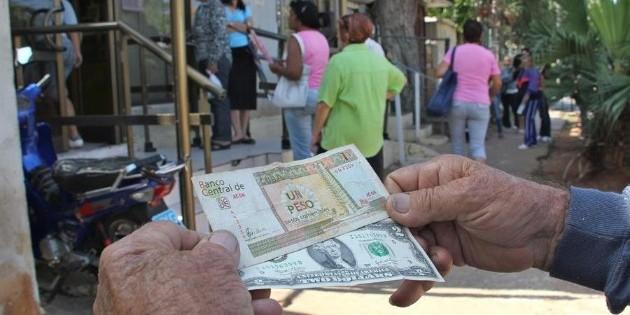 Cuba cancela gravamen al dólar y amplía el uso de esta moneda