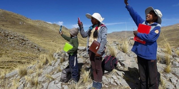 Niños peruanos suben a un cerro para clases virtuales