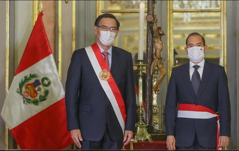 Fotografía cedida por la agencia Andina que muestra al presidente de Perú, Martin Vizcarra (i), mientras toma juramento a Walter Martos (d) como presidente del Consejo de Ministros. EFE/Andina