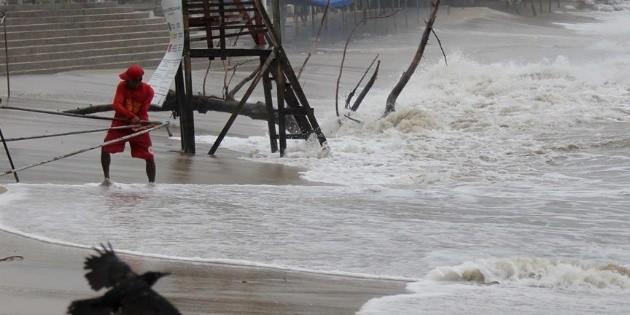"Cierran puerto de Cabo San Lucas por huracán ""Genevieve"""