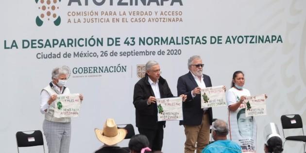 AMLO reitera su compromiso de resolver el caso Ayotzinapa