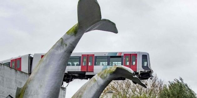 Las curiosas imágenes de una escultura que evitó que un tren se cayera tras un accidente