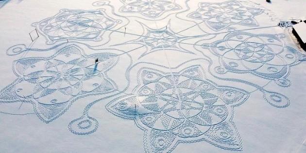 Con pisadas en la nieve, crean obra de arte en Finlandia