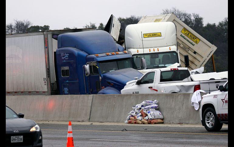 Vehículos quedaron apilados tras el accidente en  en la Interestatal 35 cerca del centro de Fort Worth, en Texas. AP/The Dallas Morning News/L. Jenkins