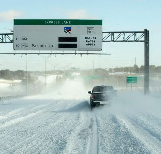 Un puente cubierto de nieve en Austin, Texas. AP/Austin American-Statesman/J. Janner