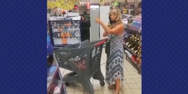 Mujer se quita la tanga para usarla como cubrebocas tras reprenderla en tienda