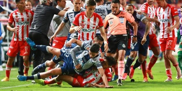 Necaxa vs Pachuca termina con bronca campal