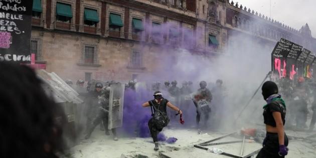 Mujeres tumban vallas frente a Palacio Nacional en protesta del 8M