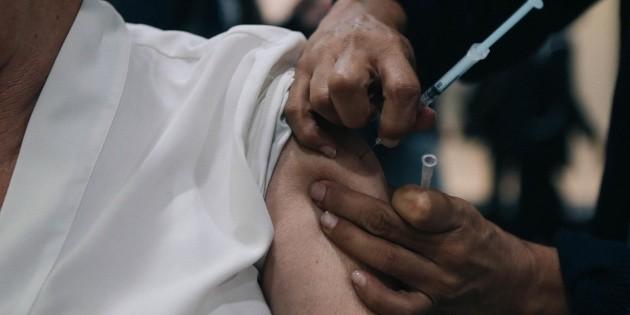 """Califican como """"error humano"""" aplicación de vacuna con jeringa vacía"""