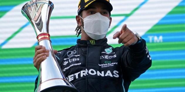 Hamilton supera a Verstappen y gana el Gran Premio de España