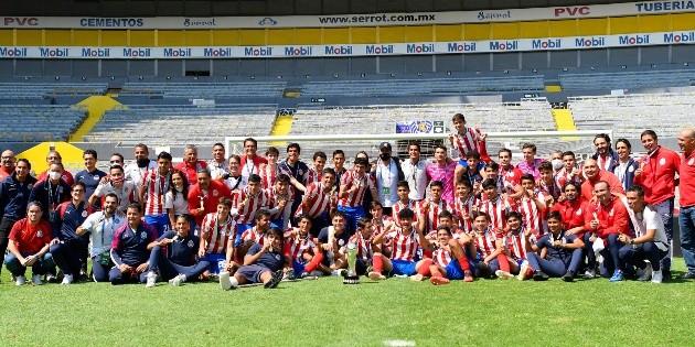 Amaury Vergara felicita a Chivas Sub-17 tras ser campeones
