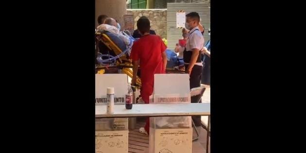 Hombre de la tercera edad de Guadalajara asiste a votar en camilla