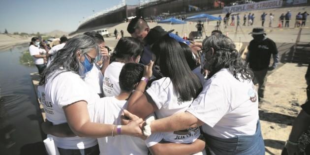 Familias migrantes se abrazan en la frontera con EU tras décadas sin verse
