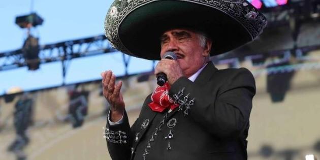 Vicente Fernández está estable; pasará una noche más en el hospital
