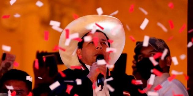 """AMLO manda """"abrazo solidario"""" a Pedro Castillo tras triunfo en Perú"""