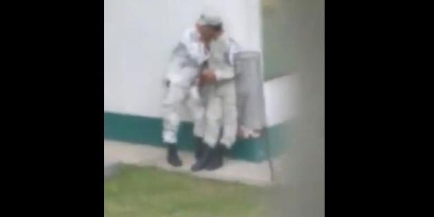 Guardia Nacional: Captan a dos elementos besándose; 'abrazos, no balazos', señalan en redes