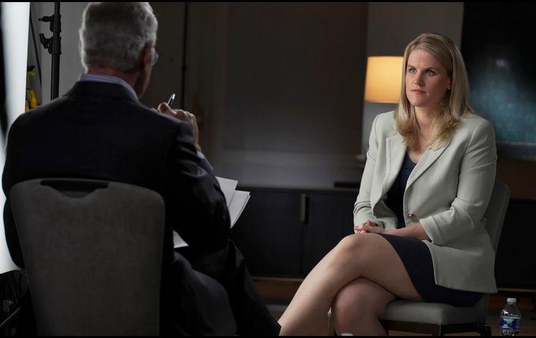 Frances Haugen siendo entrevistada por Scott Pelley para el programa