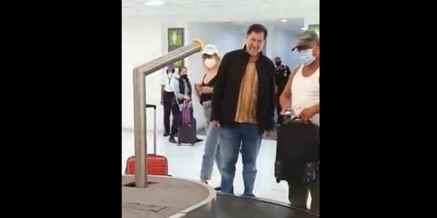 Hombre sentencia a Fernández Noroña en trifulca en el aeropuerto: '¡No se me acerque porque no trae cubrebocas!'