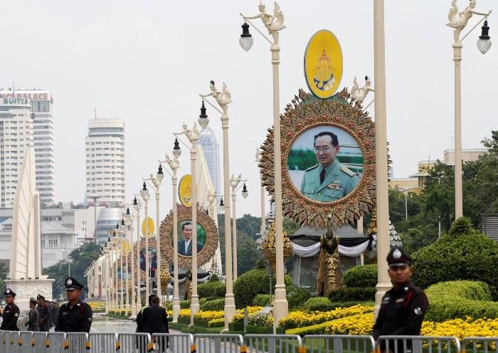 Funeral del rey Bhumibol Adulyadej recibe a más de 100.000 tailandeses