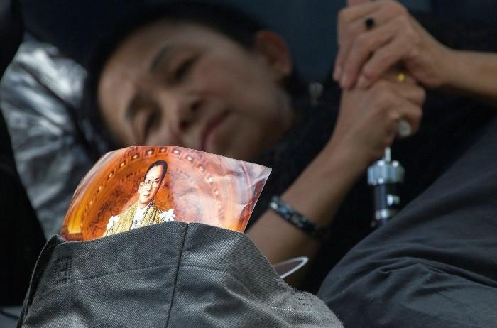 Multitudinario último adiós al rey Bhumibol en las calles de Bangkok