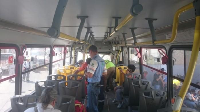 Choque de camión contra camioneta y finca deja 13 lesionados