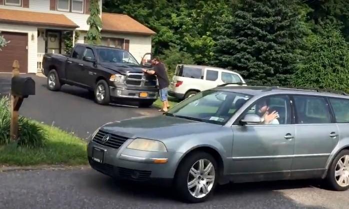 Treintañero demandado al fin abandona la casa de sus padres