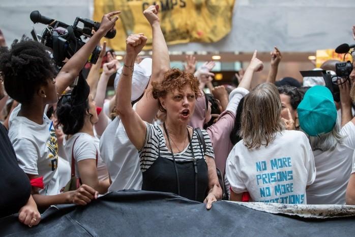 Susan Sarandon protesta contra Trump y es detenida