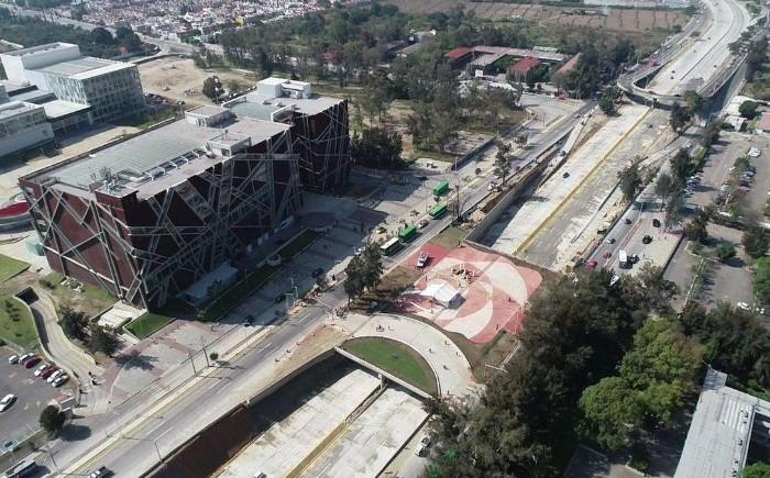 Si bien el Viaducto había sido proyectado con una extensión de 880 metros lineales, de acuerdo con el secretario de Infraestructura y Obra Pública (SIOP), Netzahualcóyotl Ornelas, la obra entregada fue de mil 180 metros de longitud. TWITTER/ @PabloLemusN