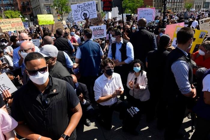Trudeau hinca su rodilla durante manifestación contra racismo   El  Informador